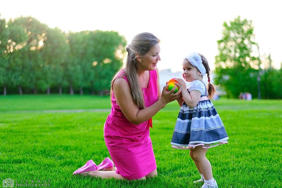 детская и семейная фотосессия прогулки на природе мамы с дочкой