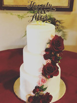 A lovely simple and clean wedding cake