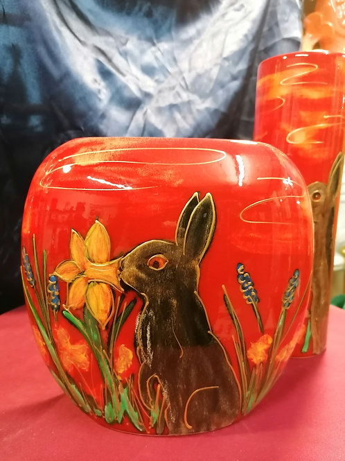 We love this! A rabbit sniffing a Daffodil 19 cm vase entirely hand painted NEW