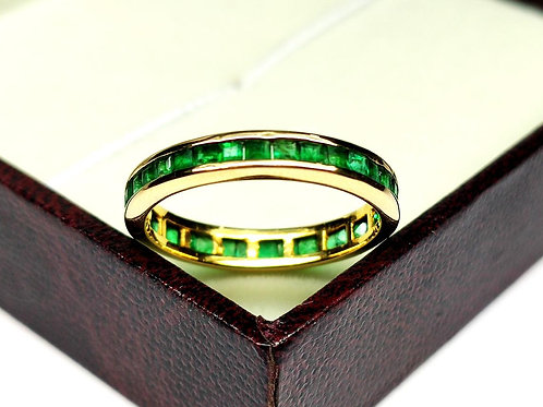 18K Gold Ring Beautifully embedded with sparkling Natural Emeralds