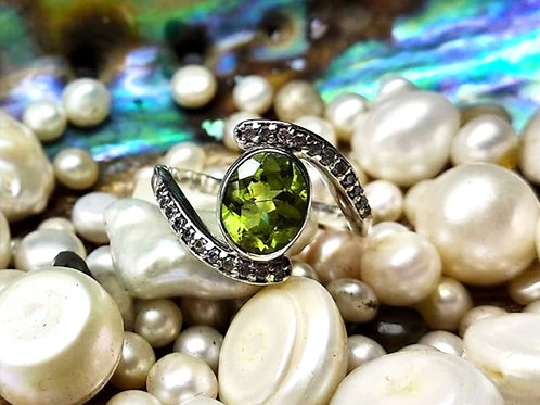 Beautiful Natural  Oval Peridot & Cz Women's Ring in 925 Sterling Silver