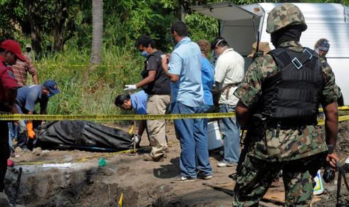 Exhuman primer cuerpo en fosa clandestina de Saluya de Alemán