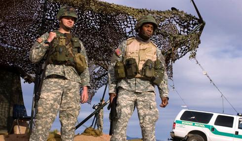 Llegan soldados a frontera de Texas para detener caravanas de migrantes
