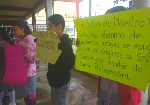Protestan alumnos por la falta de maestros en Las Choapas
