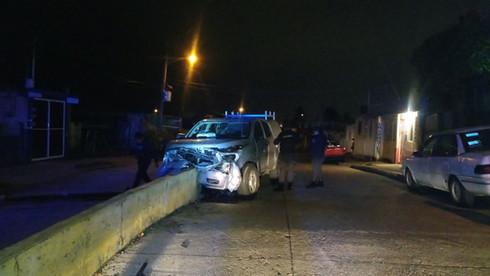 Chocan y abandonan camioneta en colonia Puerto México