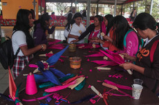 Durante Cumbre Tajín, la mano de artistas totonacas guía la creación de coloridas artesanías