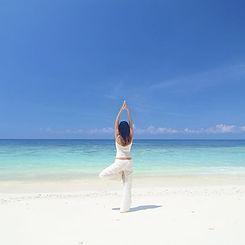 太陽の気持ちの良い光を浴びてエメラルドグリーンの海を前にカラダを動かし心からリフレッシュ。 素晴らしい1日のスタートを迎えます!