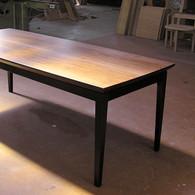 ウォールナットとローズウッドのテーブル