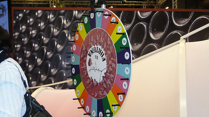 Ruleta diseñada para promoción de premios en stand