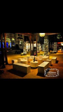 Lounge Blanco mesas redondas.jpg