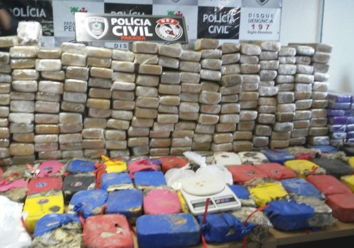 Duas pessoas são presas e 350 kg de drogas são encontrados enterrados em granja, na Paraíba