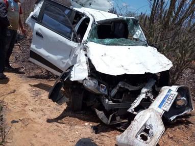Carro capota na BR 104 em Cuité e motorista fica ferido