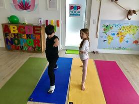 pop kinder yoga level 1 yoga krieger 2, kinder yoga wiesbaden, anfänger yoga wiesbaden, kinder sport wiesbaden