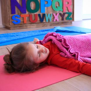 POP Kinder Yoga Meerjungfrau Savasana