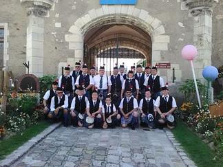 Le groupe devant le château des Stuarts, pour les Fêtes Franco Écossaises