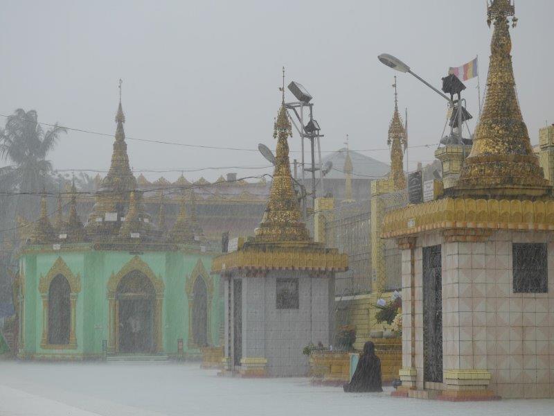 57. Mönch im Regen #1 (Myanmar)