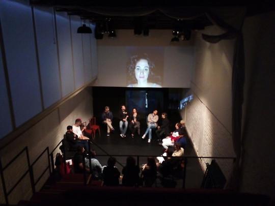 O espaço cênico- na foto, uma homenagem ao dramaturgo Zen Salles