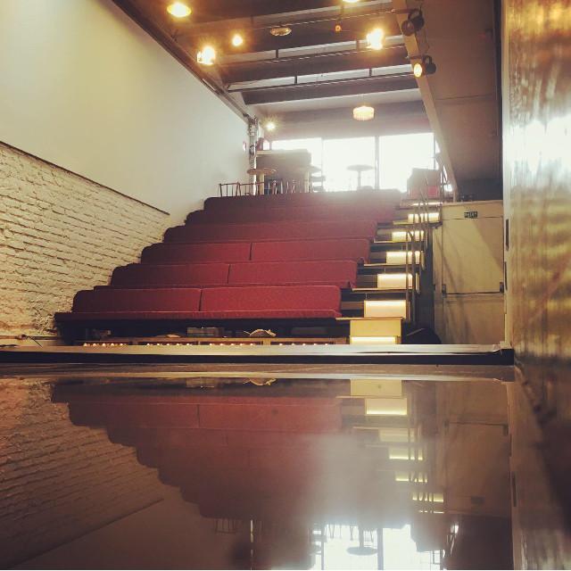 Nosso teatro tem capacidade de 50 lugares.