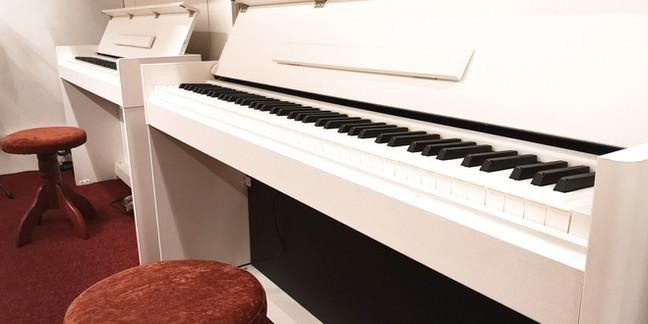 Kompaktní piana Yamaha a velký výběr stoliček