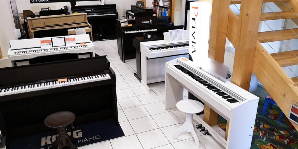 Přízemí s kompletní řadou nástrojů Yamaha, Roland a nejlepšími nástroji značky Korg a Casio, Kawai