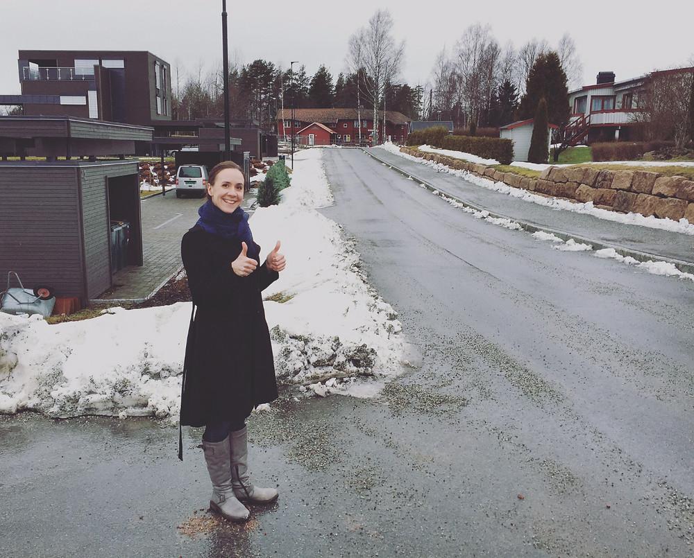 Sarah i innkjørselen til Engenjordet.