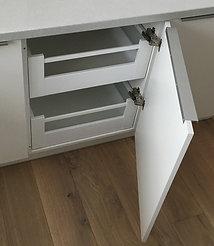 Kjøkkeninnredning med 2 skuffer i skapet nær kjøleskapet
