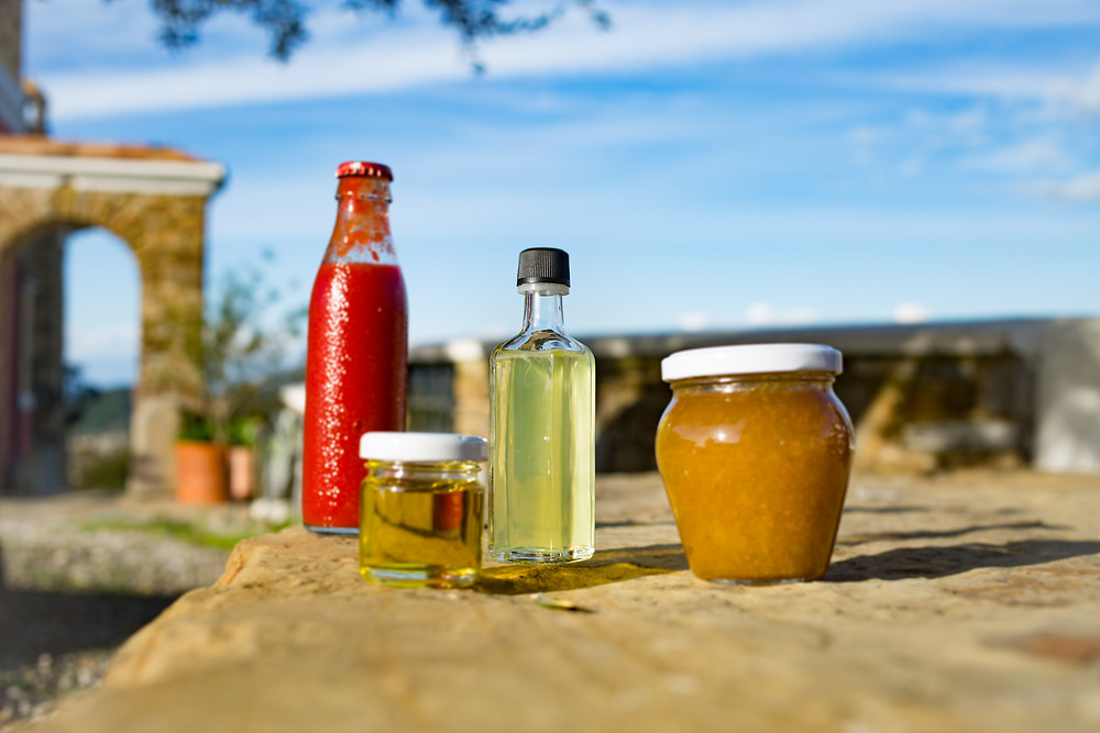 Selbstgemachte Marmelade, Sugo, Olivenöl & Limoncello. Foto: Johanna Barnbeck