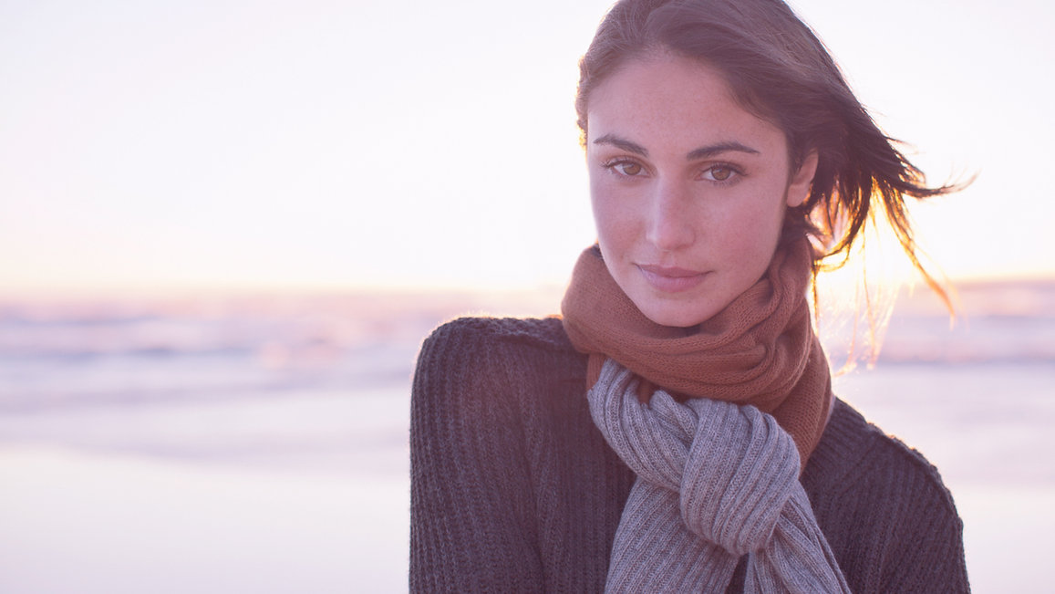 Woman-with-scarf-at-the-beach