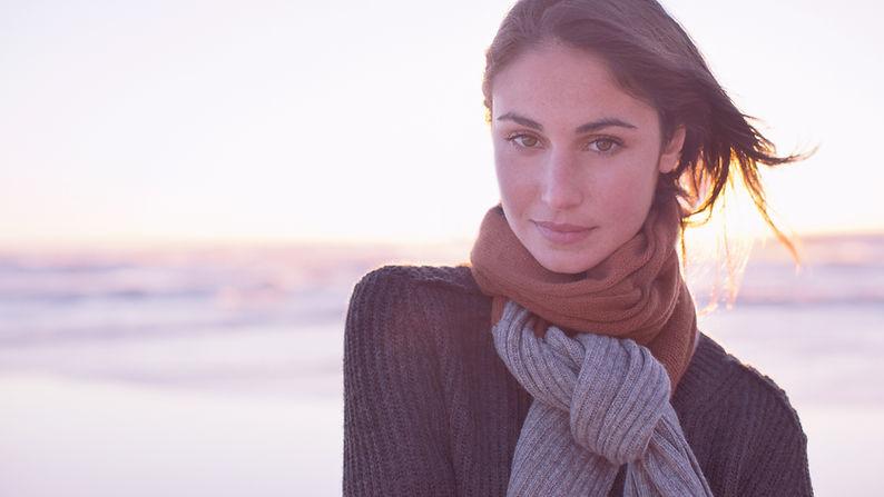 Mujer-con-bufanda-en-la-playa