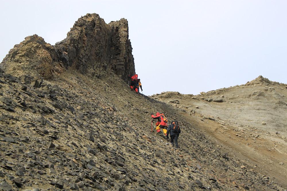 Científicos recorriendo la Antártica. Gentileza U. de Chile.