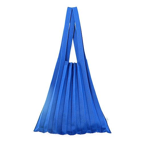 Plissierte Schultertasche aus recyceltem Meeresplastik blau