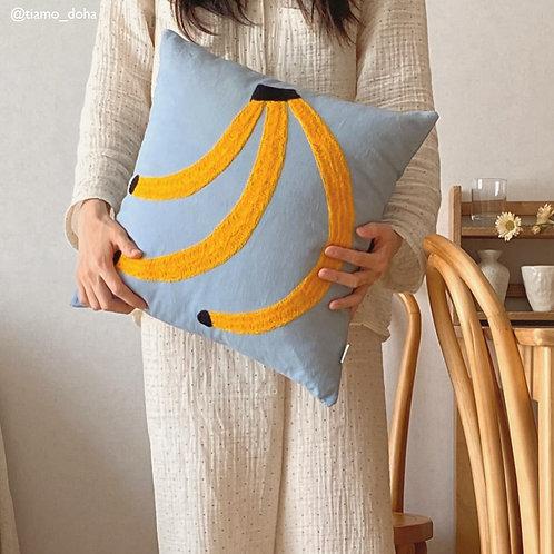 Handbesticktes Kissen mit Banane
