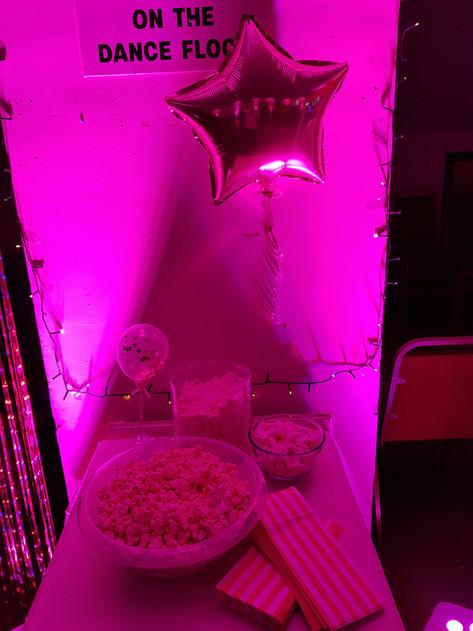 Pink uplit popcorn