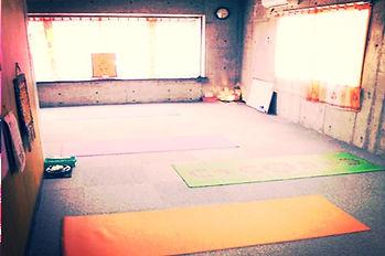 三軒茶屋の閑静な住宅街にあり、瞑想的な雰囲気の教室ですーヨーガスクール・カイラスー