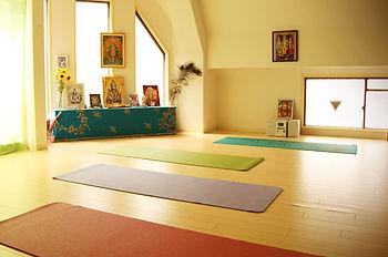 大阪教室はアットホームな雰囲気の明るい感じの教室ですーヨーガスクール・カイラスー