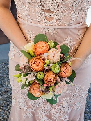 Brautstrauss mit Kleid.jpg