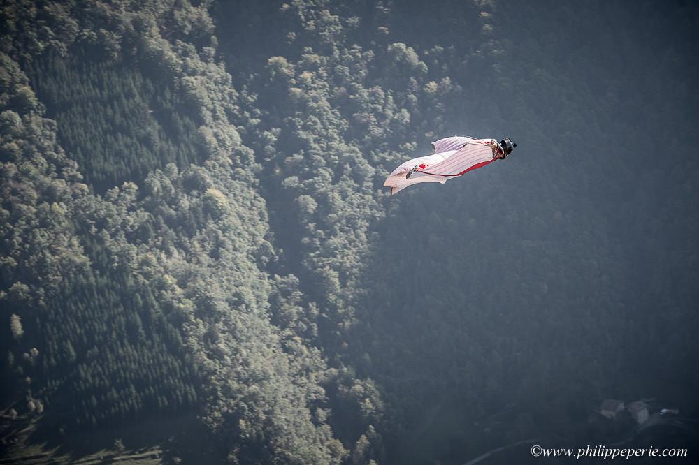 Rodolphe CASSAN en wingsuit à proximité de l'exit de la Conque à Presles