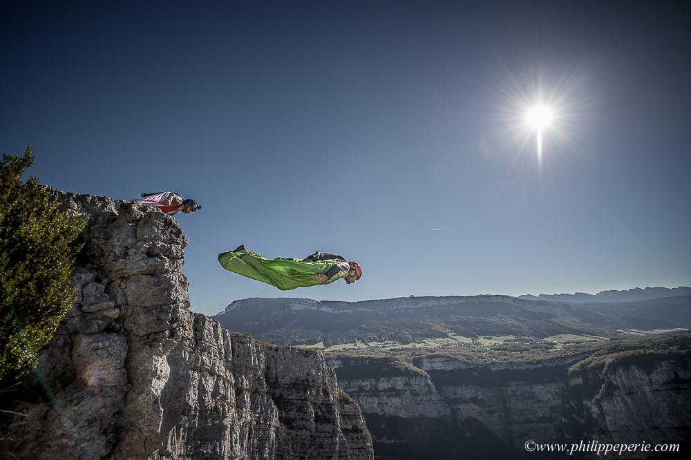 Jean-Philippe GADY et Rodolphe CASSAN s'élancent en wingsuit depuis le fond de cirque à Presles.