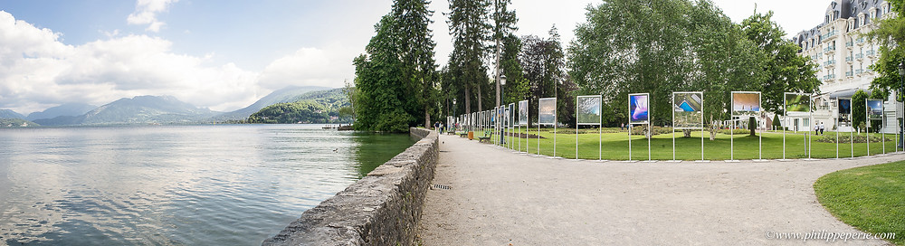 Panorama sur les images exposées dans le parc de l'Impérial Palace au bord du Lac d'Annecy