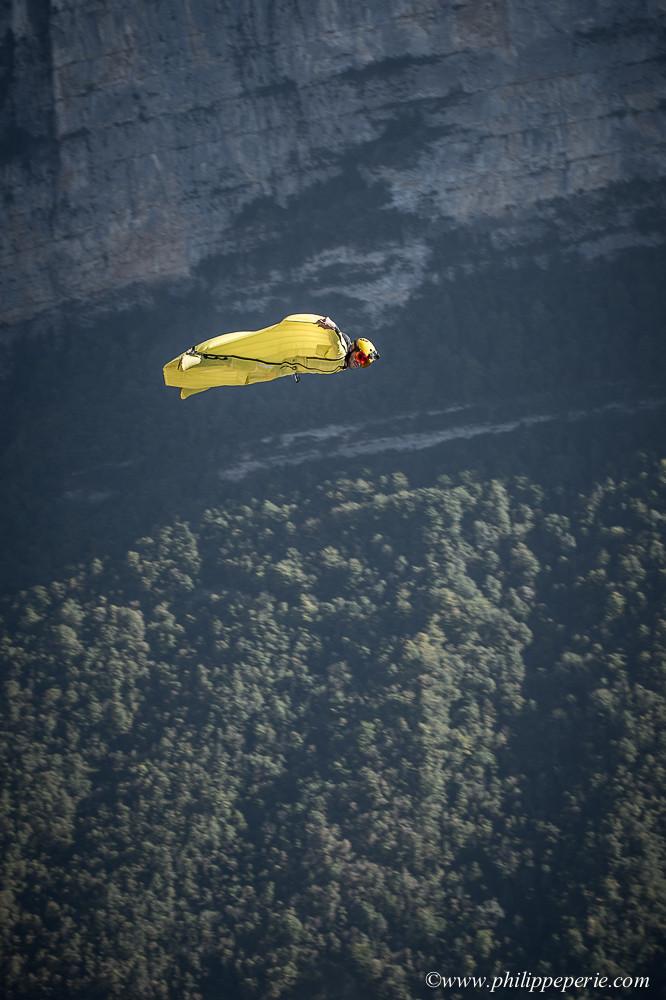 Phil JEAN en wingsuit jsute au dessus de l'exit de la Conque à Presles