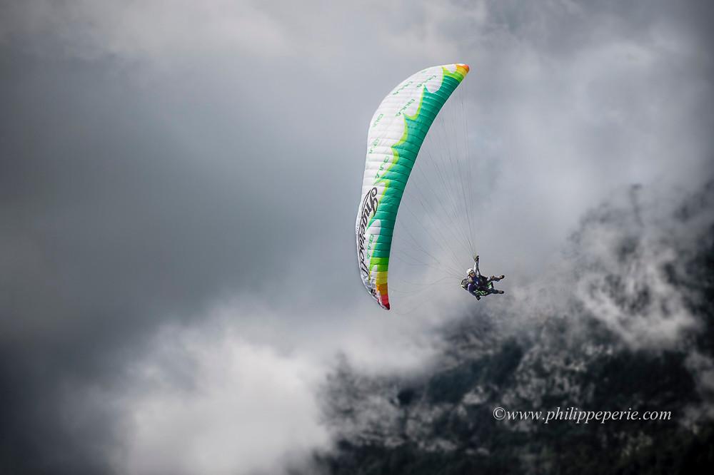 Pal Hammar Rognoy en approche avec le Parmelan dans les nuages