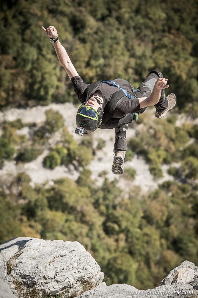 Sammy ROHAN, l'australien de l'AG s'élance en backflip depuis la Conque sur la falaise de Presles