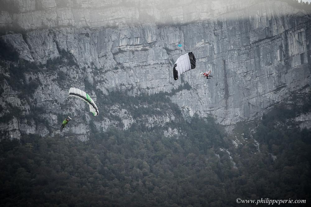 Jean-Phy et François Gouy à l'atterissage aprés un saut en wingsuit depuis Molaire