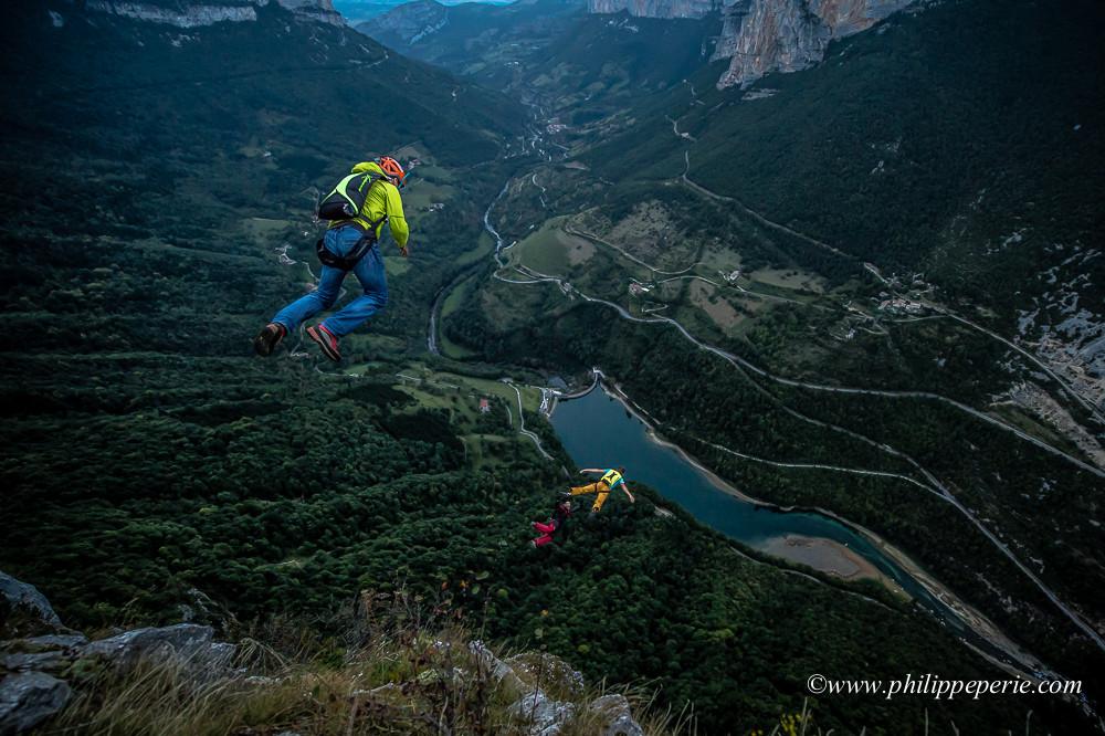 JeanPhi, Math et Pierre sautent à Bournillon en basejump. Nikon D4s capte les basejumpers dans la lumière du crépuscule