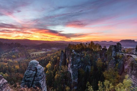 Sonnenaufgang an der Bastei im Elbsandsteingebirge