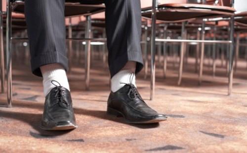 Não existe nada mais fora de contexto do que usar meias brancas.