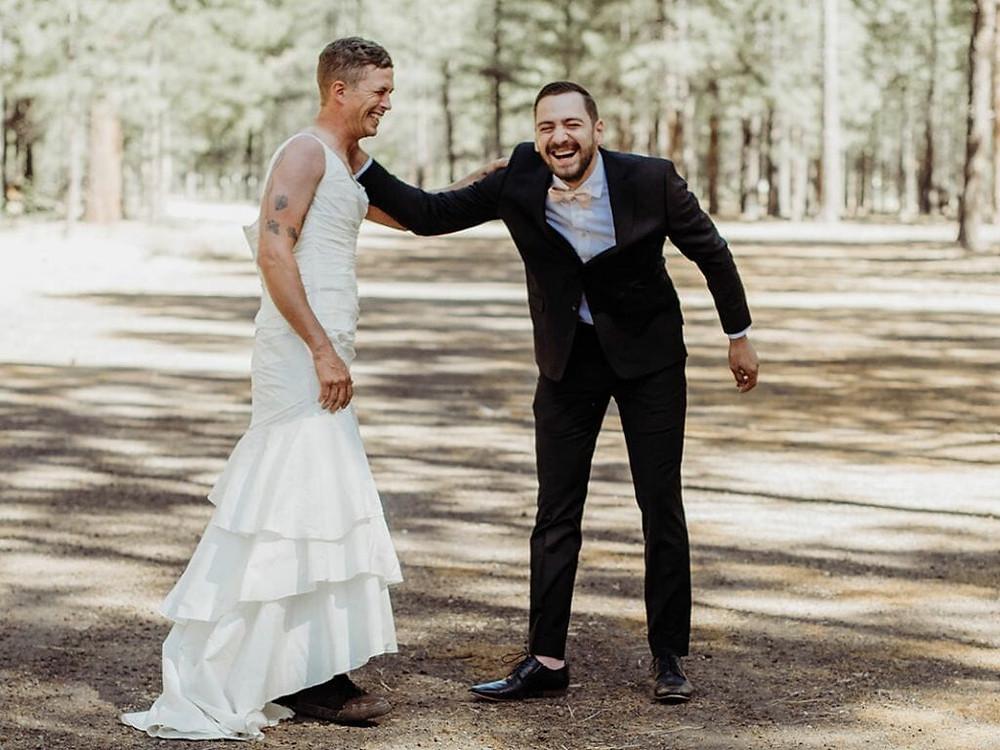 Noivo rindo de seu amigo vestido de noiva
