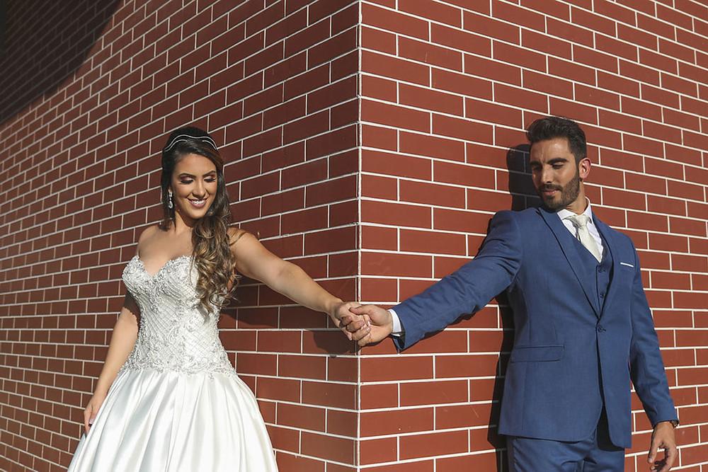 Noiva e noivo fazem pose