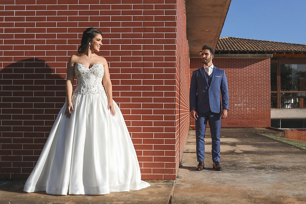 Noiva faz pose para noivo
