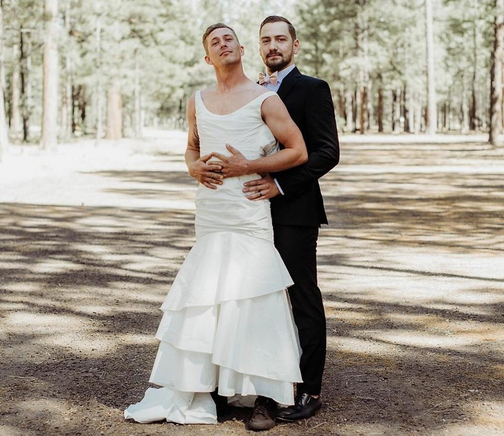 Noivo posa com seu amigo vestido de noiva